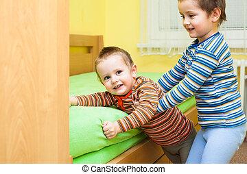 duas crianças, jogando