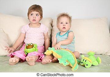 duas crianças, ligado, sofá, com, brinquedos
