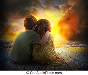 duas crianças, observar, verão, pôr do sol