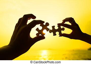 duas mãos, tentando, conectar, confunda pedaços, com, pôr do...