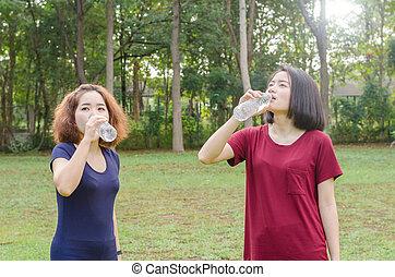duas meninas, água potável