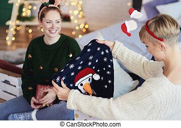 duas meninas, abertura, presente natal