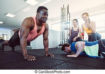duas meninas, alegrando, competição, push-up, ter, ginásio, homens