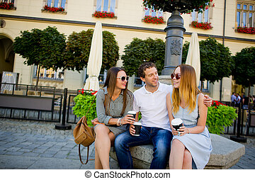 duas meninas, e, um, sujeito, é, café bebendo, e, falando, lively.