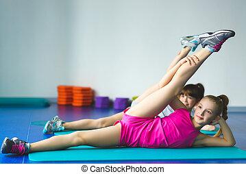 duas meninas, fazendo, ioga, esticar, em, classe aptidão
