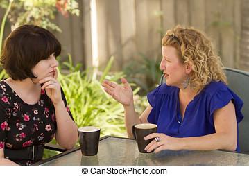 duas mulheres, compartilhar, e, conversando, sobre, coffee.