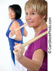 duas mulheres, em, classe ginásio
