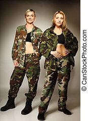 duas mulheres, em, militar, roupas, exército, meninas