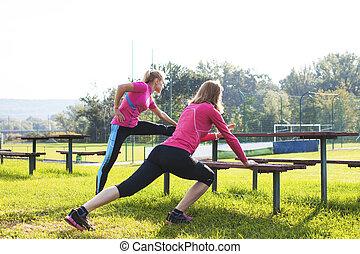 duas mulheres, fazendo, esticando exercício