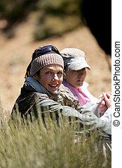 duas mulheres, hiking, em, a, selva