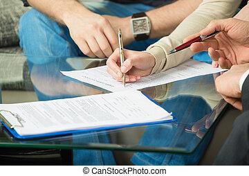 duas pessoas, assinando, um, documento