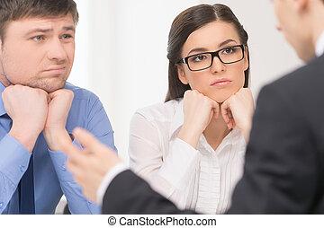duas pessoas, escutar, para, man., mulher, com, atenção, e, homem, com, aborrecido, face.