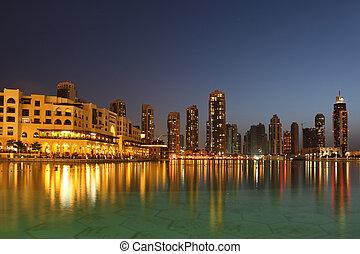 dubai, gratte-ciel, et, autre, bâtiments, soir, temps, vue, depuis, eau
