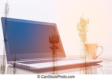 dubbele blootstelling, draagbare computer, en, koffiekop, met, verdoezelen, antenne, achtergrond