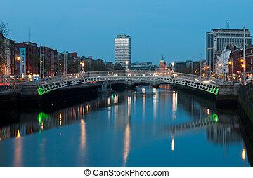 Dublin at night - stunning nightscene with Ha'penny bridge...