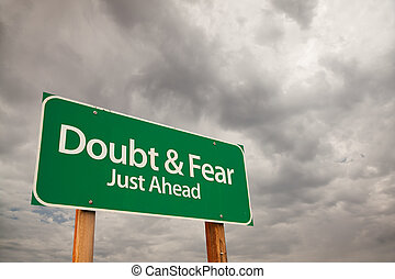 duda, y, miedo, verde, muestra del camino, encima, nubes de...