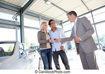 dueños, dar, coche, vendedor, llaves, nuevo