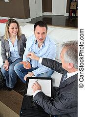 dueños, inmobiliario, dar, casa, joven, agente, llaves