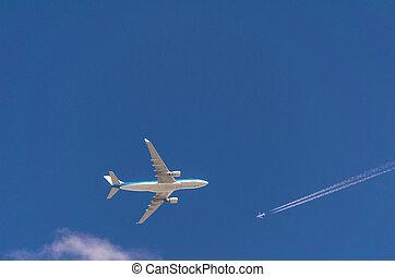 due, aeroplani, in, il, cielo, incrocio, percorsi, a, differente, volo, viaggiare, altitudes