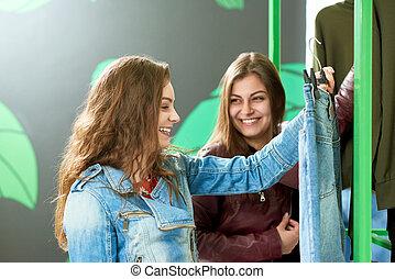 due amici, scegliere, jeans, durante, shopping.