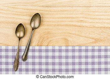 due, argento, cucchiai, su, uno, viola, checkered, tovaglia, su, uno, legno, fondo