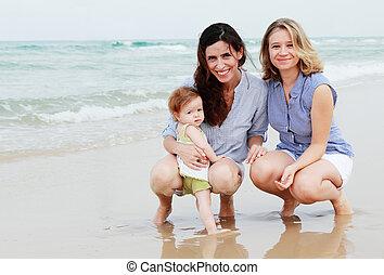 due, belle ragazze, con, uno, bambino, spiaggia