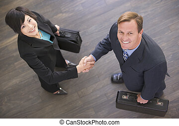 due, businesspeople, dentro, mani, sorridente, tremante
