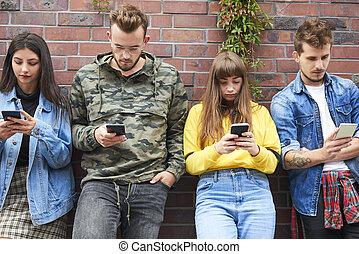due coppie, mobile, giovane, vista, telefono, fronte