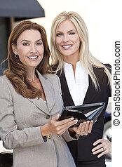 due, donne affari, con, tavoletta, computer