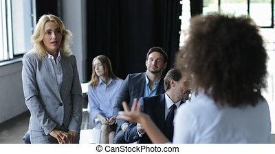 due, donne affari, discutere, domanda, durante, riunione, businesspeople, squadra, su, conferenza, o, seminario