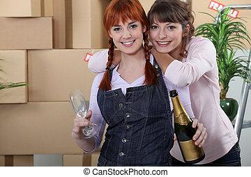 due donne, festeggiare, casa, spostare