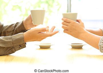 due donne, mani, parlare, sbarra, tenere caffè, campanelle