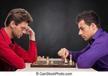 due, equipaggi seduta, e, gioco, chess., due, giovane, tipi, seduta, su, sfondo nero