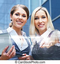 due, giovane, attraente, donne affari, dall'aspetto, a, il, laptop