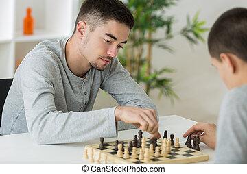 due, giovane, gioco scacchi esegue