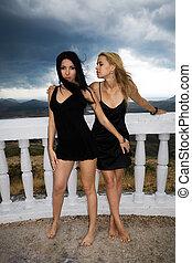 due, giovani donne