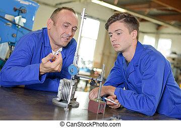 due, ingegneri, guardando, metallo, apparato