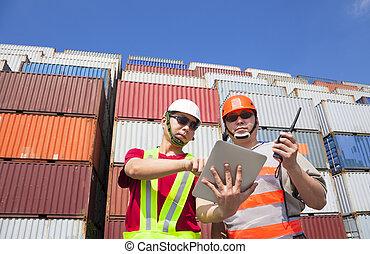 due, lavorante, con, tavoletta, e, standing, prima, pila, di, contenitori