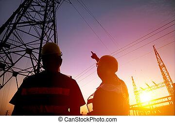 due, lavoratore, osservare, il, potere, torre, e, sottocentrale, con, tramonto, b