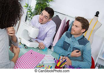 due, lavoratori tessili, discutere, con, femmina, cliente