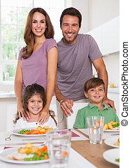 due, loro, cena, macchina fotografica, genitori, tavola, sorridente, bambini, cucina