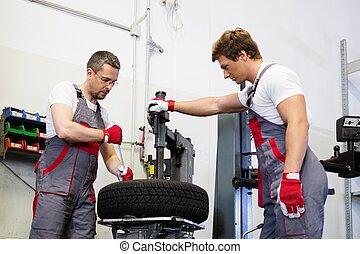due, meccanica, mutevole, pneumatico, su, uno, ruota, macchina, officina