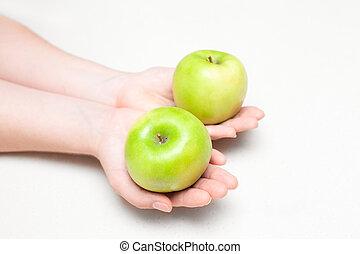 due, mele verdi, in, femmina porge