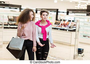 due, migliori amici, collegue, ragazze, proposta, a, moderno, centro commerciale, fondo