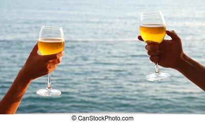 due persone, occhiali gattabuia, con, alcool, su, il, fondo, di, il, sea., primo piano, slow-motion