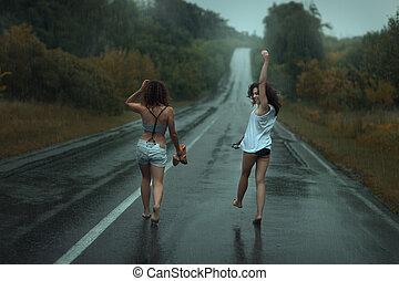 due ragazze, ara, su, carreggiata, in, il, rain.