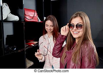due, ridere, ragazze, provare, elegante, sunglasses.