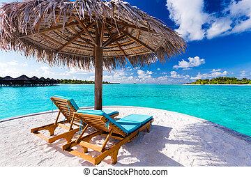 due, sedie, e, ombrello, su, spiaggia tropicale