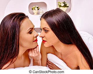 due, sexy, lesbica, donne, erotico, preliminari amorosi, gioco, in, bed.
