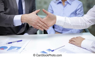 due, uomini affari, tremante, loro, mani